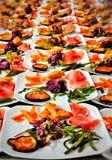 verfraaide schotels en bereide gerechten voor klanten die aan het typische Trentino-restaurant komen royalty-vrije stock fotografie