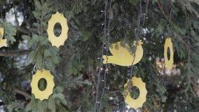 Verfraaide stadskerstboom stock videobeelden