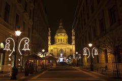 Verfraaide straat bij christmastime voor de Basiliek stock afbeeldingen