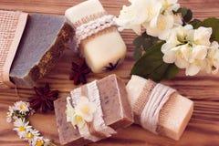 Verfraaide stukken van diverse droge zeep met een jasmijn, een madeliefje en a Royalty-vrije Stock Fotografie