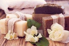 Verfraaide stukken van diverse droge zeep met een jasmijn, een roos en Royalty-vrije Stock Foto