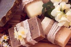 Verfraaide stukken van diverse droge zeep met een jasmijn, een madeliefje en a Royalty-vrije Stock Foto's