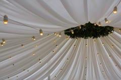 Verfraaide tent met bolslinger Het Witboeklantaarns van de huwelijksopstelling binnen van de bouw, onder houten dakdecoratie stock foto