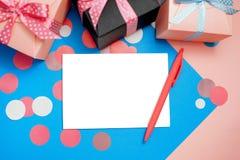 Verfraaide vakjes, confettien en leeg wit blad van document royalty-vrije stock foto
