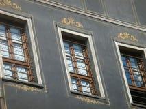 Verfraaide vensters van één van de oude gebouwen in het oude deel van de stad van Plovdiv in Bulgarije Stock Fotografie