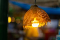 Verfraaiend hangende lampen in houten die rijs van bamboe op B wordt gemaakt stock fotografie