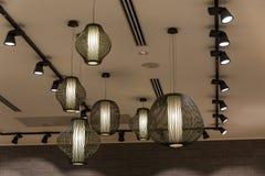 Verfraaiend hangende lantaarnlampen in houten die rijs van bamboe wordt gemaakt stock foto's