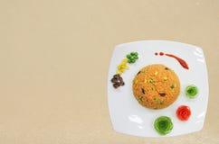 Verfraait de sinaasappel gebraden rijst met groente Stock Foto's