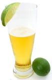 Verfrissend bier met kalk, en volledige kalk Stock Afbeelding