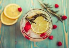 Verfrissend detox water met vruchten in kruik, close-up Royalty-vrije Stock Afbeeldingen