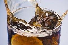 Verfrissend glas kola met citroen en ijs Stock Afbeeldingen