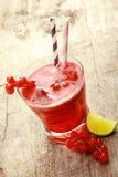 Verfrissend redcurrant sap met verse bessen Stock Foto