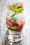 Verfrissende aardbei en citrusvruchtenlimonade Stock Foto