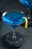 Verfrissende Blauwe Martini-Cocktail stock foto