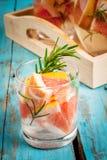 Verfrissende de zomer detox cocktail van grapefruit en rozemarijn stock fotografie