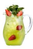 Verfrissende de zomerdrank met bessen en ijs op een witte achtergrond Een verfrissende drank in een karaf met aardbeien en munt Royalty-vrije Stock Afbeelding