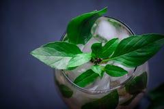 Verfrissende de zomerdrank van kalk en citroen op een lijst Stock Foto