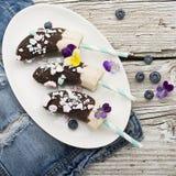 Verfrissende dessert van de Chocobanana maakte het Lichte zomer van bevroren die banaan Eskimo in een van donkere chocolade wordt Stock Foto's
