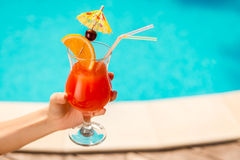 Verfrissende drank in haar hand Stock Afbeeldingen