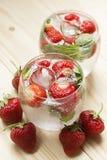 Verfrissende drank met aardbeien en muntijs Royalty-vrije Stock Afbeeldingen