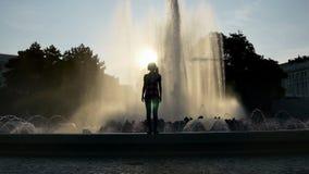 Verfrissende fonteindalingen die op een jonge vrouw vallen stock videobeelden