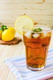 Verfrissende ijsthee met citroenen en munt Royalty-vrije Stock Foto