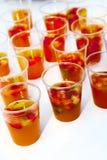 Verfrissende sangria met vruchten Stock Afbeelding