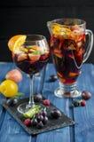 Verfrissende sangria met vruchten Royalty-vrije Stock Afbeelding