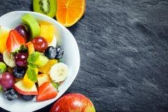 Verfrissende verse tropische fruitsalade Royalty-vrije Stock Afbeeldingen