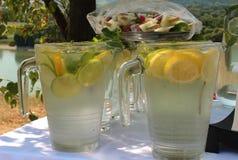 Verfrissing - Glaskruiken met het verfrissen van koude dranken in de zomer stock foto's