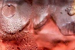 Verfrissing: Ijs in een glas in een Rode Vloeistof Royalty-vrije Stock Foto