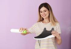 Verfrissing van de vrouwen de bespuitende lucht op schoen stock afbeeldingen
