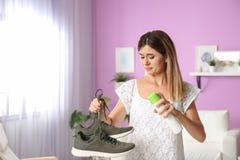 Verfrissing van de vrouwen de bespuitende lucht op schoenen royalty-vrije stock foto