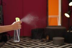 Verfrissing van de vrouwen de bespuitende lucht thuis, close-up stock foto's