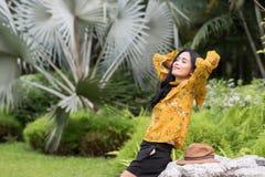 Verfrissing van het Boho de Aziatische meisje in tuin stock foto