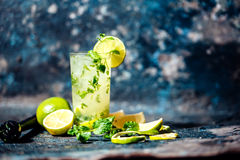 Verfrissingcocktail met kalk en ijs Mojitodrank bij bar, bar of restaurant wordt gediend dat Stock Foto's