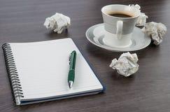 Verfrommel document, notitieboekje en pen met kop van koffie royalty-vrije stock foto's