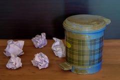 Verfrommeld document in en uit de vuilnisbak op vloer royalty-vrije stock foto