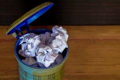 Verfrommeld document in en uit de vuilnisbak op vloer royalty-vrije stock afbeelding