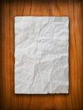 Verfrommeld document op houten muur royalty-vrije stock afbeeldingen
