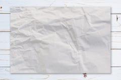 Verfrommeld document op houten verf witte textuur als achtergrond met cof stock afbeelding