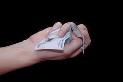 Verfrommeld Russisch geld in haar hand Royalty-vrije Stock Fotografie