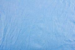 Verfrommelde blauwe stoffentextuur als achtergrond Stock Foto's