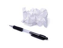 Verfrommelde document en pen die op wit wordt geïsoleerdj Stock Afbeeldingen