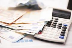 Verfrommelde Euro bankbiljetten met calculator en grafieken stock foto