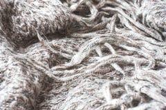 Verfrommelde grijze gebreide sjaal De zachte en warme stof is verfrommeld in vouwen Textuur voor achtergrond of illustraties stock foto