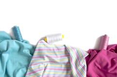 Verfrommelde kleurrijke stoffen met kleur-aangepaste draden voor het maken Stock Foto