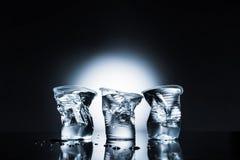 Verfrommelde plastic koppen van water Stock Foto's