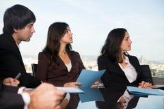 Vergadering in bestuurskamerbureau Stock Foto's