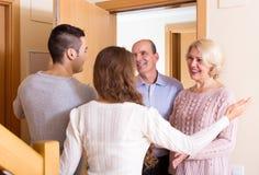 Vergadering bij de deur stock afbeelding